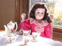 antik docka henne set tea Royaltyfria Bilder