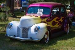 Antik Ford bil som målas i gladlynta färger Arkivbild