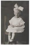 Antik fotografiflicka med den stora bowen Arkivbild