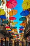 Antik gata som dekoreras med ljusa paraplyer Royaltyfria Foton