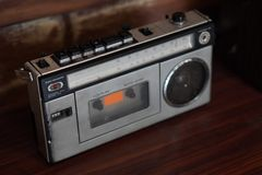 Antik gr? radio f?r b?sta sikt p? tr?bakgrund, tappning, kopieringsutrymme arkivfoto