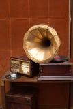 Antik grammofon med det guld- hornet och radion Royaltyfri Foto