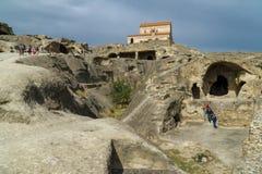 Antik grottastad i vagga Upliscihe, Georgia kyrklig sikt Fotografering för Bildbyråer