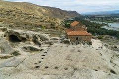 Antik grottastad i vagga Upliscihe, Georgia kyrklig sikt Arkivfoto
