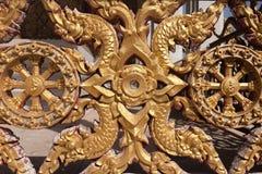 Antik guld- textur för bakgrund för ramstuckaturvägg med thailändsk styl royaltyfria bilder