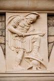 Antik härlig basreliefskulptur på vägggammalgrekiskastil basrelief av gammalgrekiskakrigaren royaltyfria foton