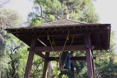 Antik japansk klocka i parkera royaltyfria foton