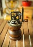 Antik kaffekvarn på trätabellen royaltyfri bild