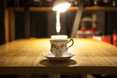 antik keramisk kopp, med kaffe Arkivbilder