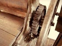 Antik klädertork Gammalt maskineri specificerar closeupen Royaltyfri Fotografi