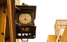 Antik klocka i gatan royaltyfri bild