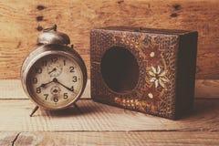 Antik klocka med den sned träasken Royaltyfri Foto