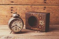 Antik klocka med den sned träasken Royaltyfri Bild