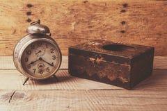 Antik klocka med den sned träasken Arkivbilder