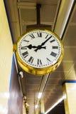 Antik klocka på en rörstation royaltyfria bilder
