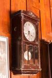 Antik klockpendelväggklocka Arkivfoto