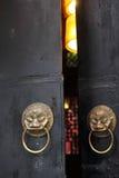 Antik knopp för lejonhuvuddörr på en kinesisk dörr Arkivfoto