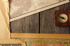 Antik kompass över gammal översikt royaltyfria foton