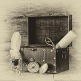 Antik kompass, bläckhorn och gammal träbröstkorg på trätabellen gammalt foto för svartvit stil Royaltyfria Bilder