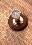 Antik kompass på materielindex Arkivbild