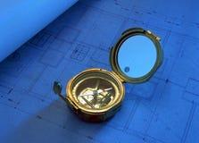 Antik kompass på teckningsplan Royaltyfri Foto