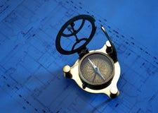 Antik kompass på teckningsplan Arkivbild