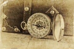Antik kompass på trätabellen gammalt foto för svartvit stil Royaltyfria Foton