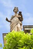 Antik kvinnlig staty royaltyfri bild