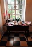 Antik lagt undan fönster för silver teservis Royaltyfri Bild