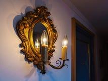 Antik lampa och spegel Arkivbilder