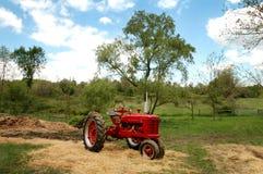 antik lantgårdtraktor Arkivfoto
