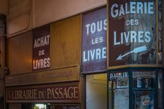 Library schild Passage Vivienne in Paris stock photography