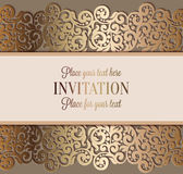 Antik lyxig bröllopinbjudan, guld på beiga vektor illustrationer