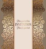 Antik lyxig bröllopinbjudan, guld på beiga royaltyfri illustrationer
