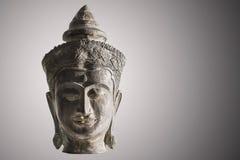 Antik mässingsbuddha skulptur på upplysta svartvita lodisar Arkivbilder