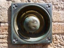 Antik mässingsknopp i sandstenvägg Royaltyfri Foto