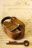 antik mässingspadlock Royaltyfri Fotografi