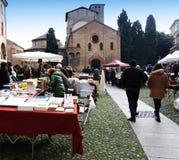 Antik marknad i den Santo Stefano fyrkanten i bolognaen, Italien royaltyfria bilder