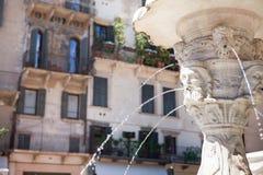 Antik marmorspringbrunn i Verona, Italien Royaltyfri Bild
