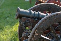Antik medeltida metallisk kanon på hjul Arkivbilder