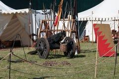 Antik medeltida metallisk kanon på hjul Royaltyfria Bilder