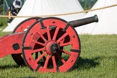 Antik medeltida röd metallisk kanon på hjul Royaltyfri Fotografi