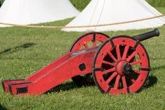 Antik medeltida röd metallisk kanon på hjul Arkivfoto