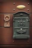 Antik metallbrevlåda och gammal dörrknopp Arkivfoton