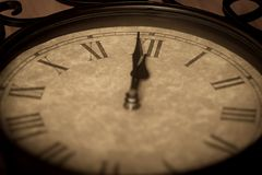 Antik minut för gjutjärnklockavisning till midnatt Fotografering för Bildbyråer