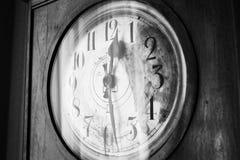 Antik moraklocka, svartvitt foto Arkivfoto
