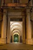 Antik passage vid natt i Rome, Italien Arkivfoton