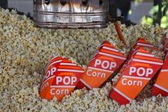 Antik popcornapparatmaskin för nytt popcorn Arkivfoton