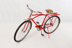 Antik röd cykel Arkivfoton