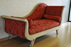 antik röd sofa royaltyfria bilder